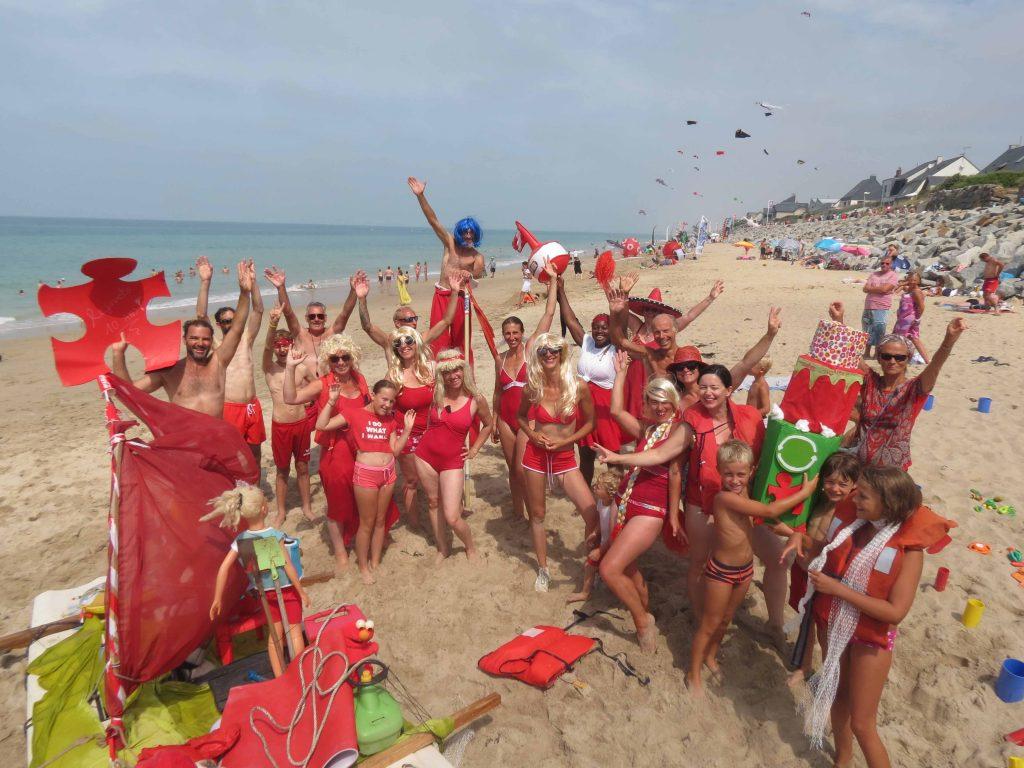 Photo de l'équipe de l'association Rejouets à la plage de Saint-Martin-de-Bréhal